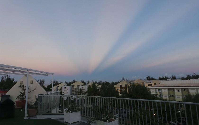 Location de vacances - Appartement à Saint-Paul - Lever de soleil sur la terrasse, de drôles de lueurs sur l'horizon