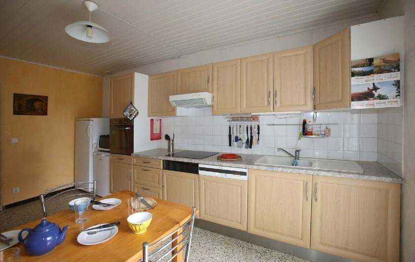 Location de vacances - Gîte à Salvagnac - La cuisine, avec le coin repas