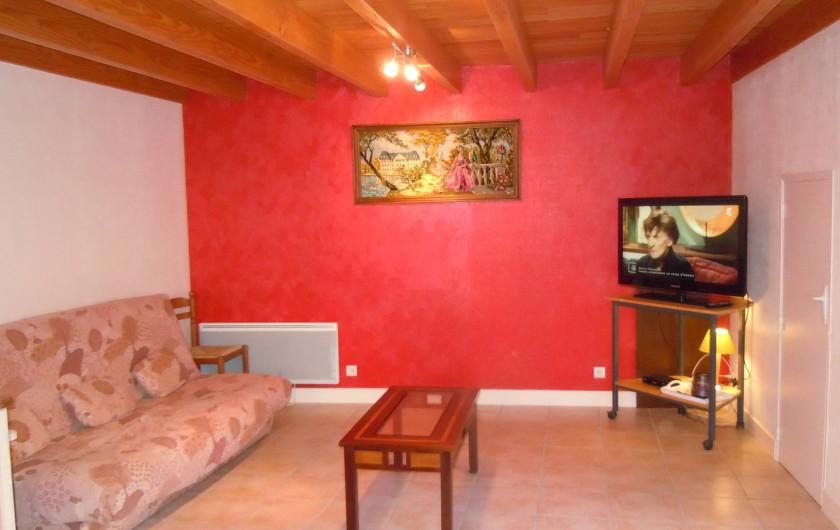 Location de vacances - Gîte à Châteldon - Salon  - clic-clac ( avec couchage de 140 cm) - TV  écran105c
