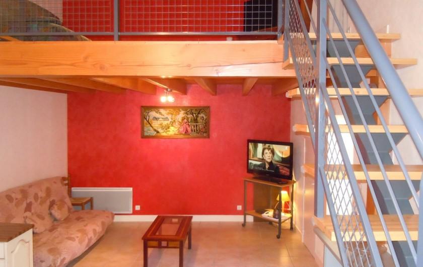 Location de vacances - Gîte à Châteldon - Vue sursalon avec escalier          accès à la mezzanine