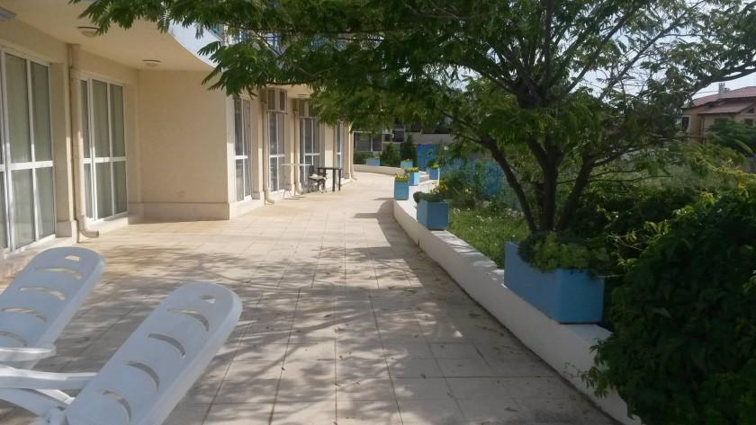 de la piscine vers l'appartement - passage par le jardin