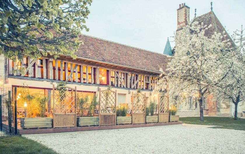 Location de vacances - Chambre d'hôtes à Sainte-Maure - facade des chambres éclairés