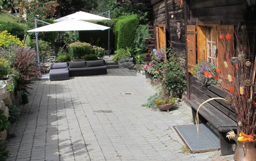 Location de vacances - Chalet à Bruson - devant la maison l'été