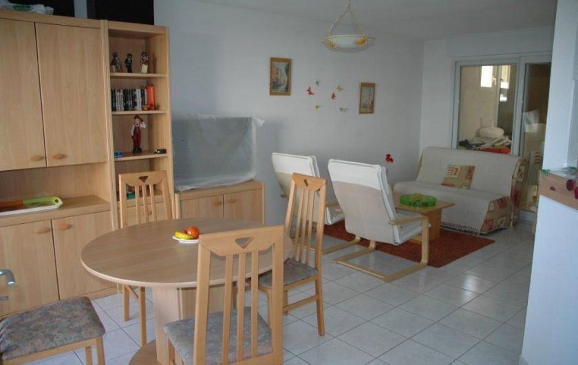Location de vacances - Appartement à Canet-en-Roussillon - séjour pour 8 personnes et salon avec canapé ,tv grand écran,lecteur dvd