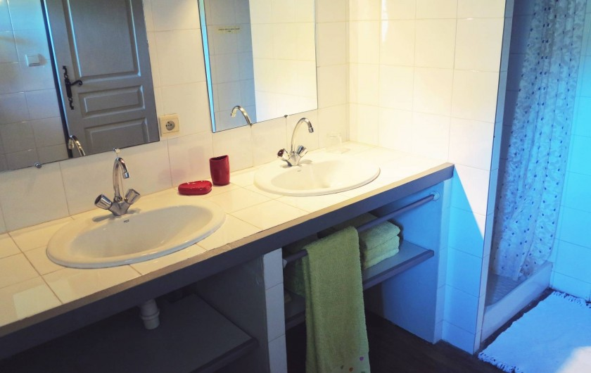Location de vacances - Gîte à Villeréal - salle d'eau - Linge de toilette fourni