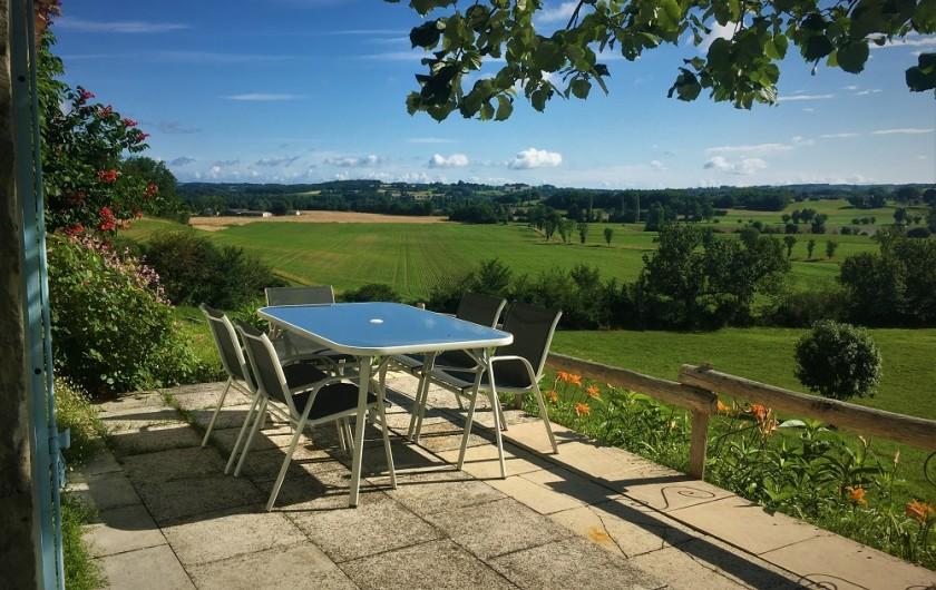 Location de vacances - Gîte à Villeréal - Sur la Terrasse du Pigeonnier profitez d'une merveilleuse vue sur la vallée