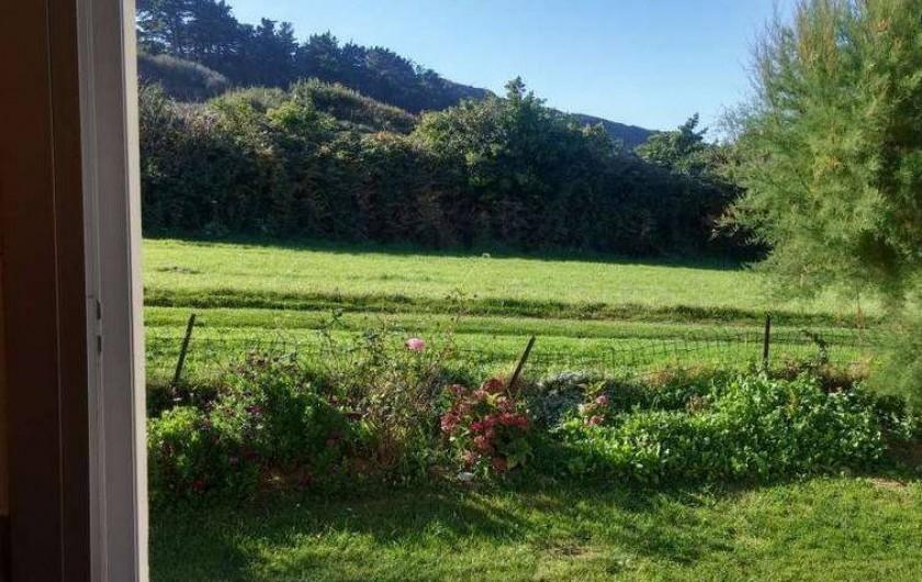 Location de vacances - Maison - Villa à Erquy - Vue campagne et colline depuis la cuisine