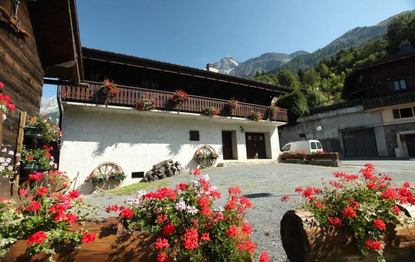 Location de vacances - Chalet à Les Houches - extérieur la cour fleurie