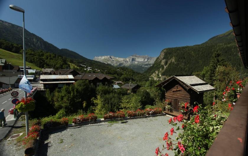 Location de vacances - Chalet à Les Houches - depuis le balcon vue sur la cour et la campagne