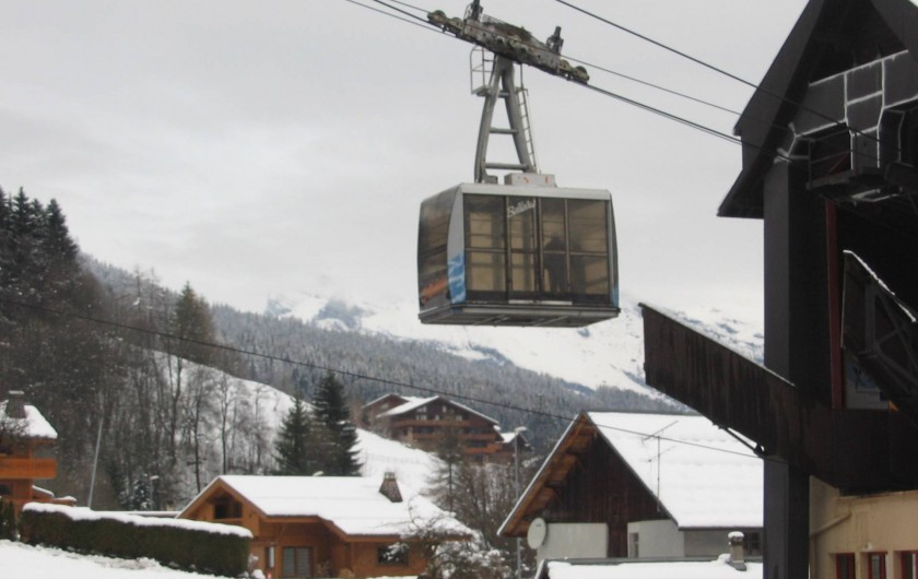 Location de vacances - Chalet à Les Houches - depuis le balcon vue sur le départ du téléphérique