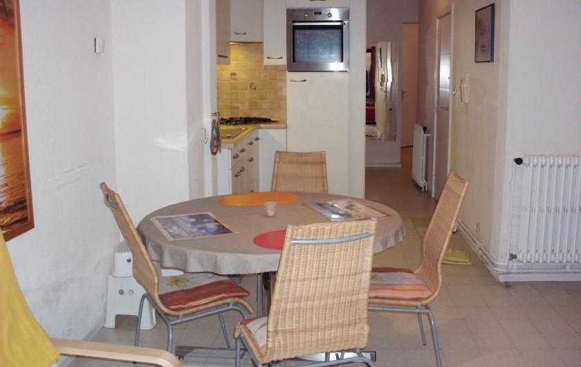 Location de vacances - Appartement à Koksijde - salon vue sur la cuisine,  couloir d'accès vers le WC, la salle de bain .....
