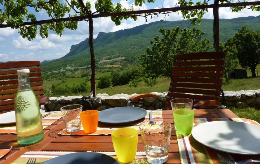 Location de vacances - Gîte à Ribiers - Déjeuner sur la terrasse de la cuisine...