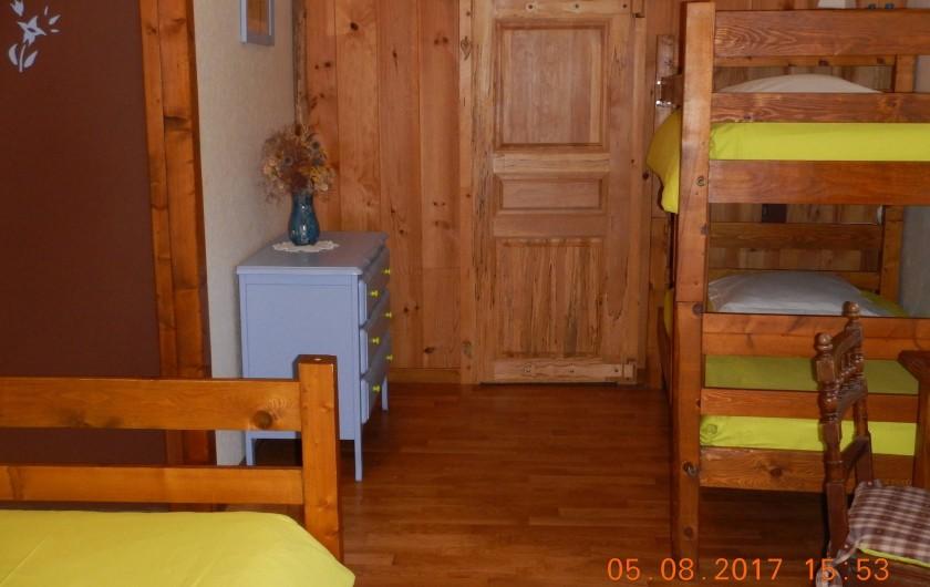 Location de vacances - Gîte à Saint-Agnan-en-Vercors - chambre verte 5 lits avec salle de bain et wc