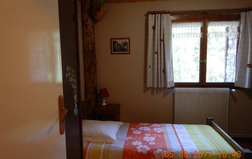 Location de vacances - Gîte à Saint-Agnan-en-Vercors - chambre fleurs un  lit simple et un lit superposé, avec salle de bain et wc