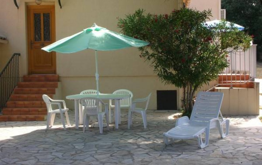 Location de vacances - Villa à Calvi - Terrasse sous pin