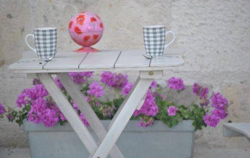 Location de vacances - Gîte à Descartes - petit déjeuner en terasse