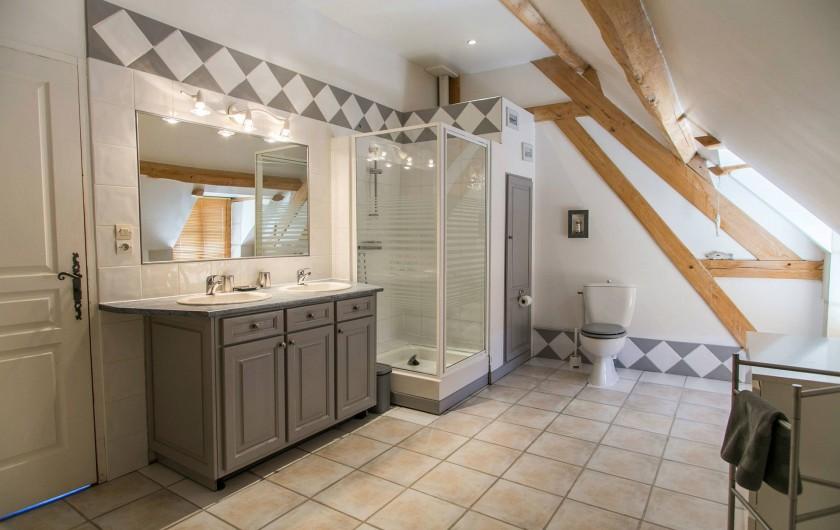 Location de vacances - Gîte à Descartes - vaste salle de bains