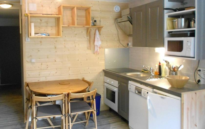 Location de vacances - Studio à Val-d'Isère - coin cuisine, réfrigérateur, four, four micro-ondes, lave- vaisselle