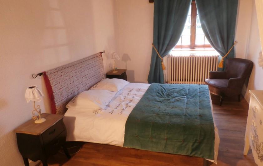 Location de vacances - Maison - Villa à Yvré-l'Évêque - La chambre de la suite (un escalier monte à une autre chambre et salle de bain)