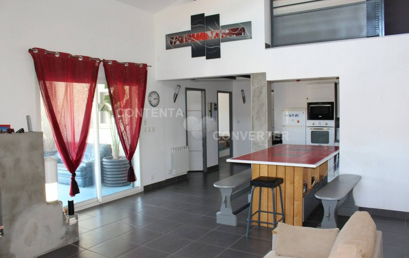 Location de vacances - Villa à Sainte Marie la Mer - vue du salon sur la cuisine, terrasse