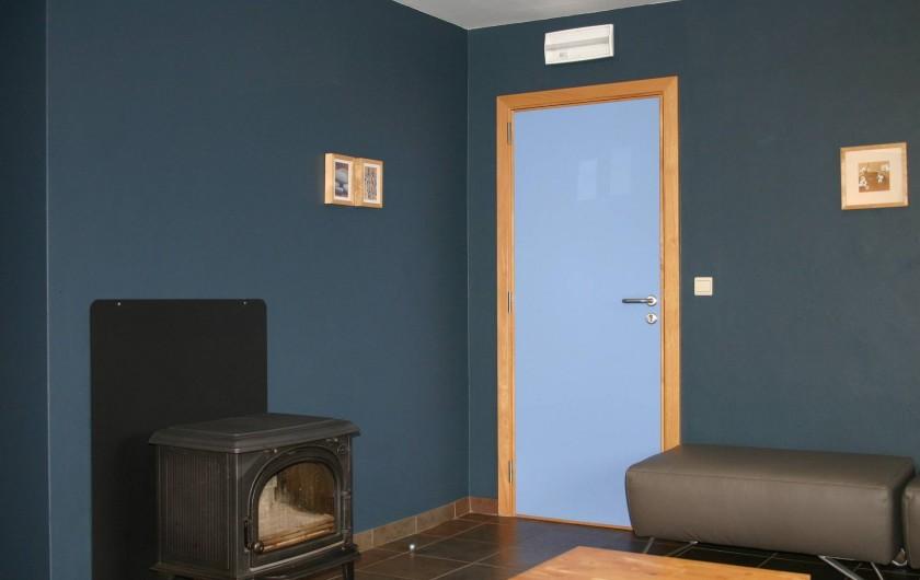 Location de vacances - Gîte à Petit-Thier - Le salon avec poêle à bois