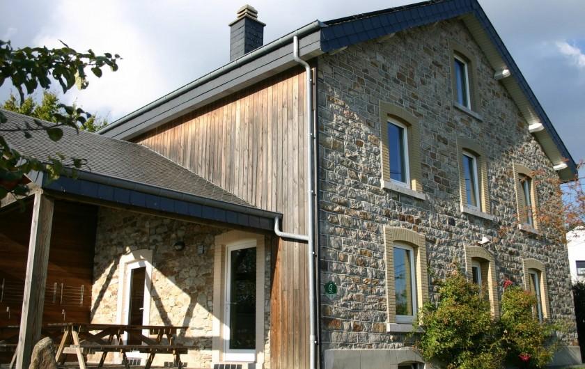 Location de vacances - Gîte à Petit-Thier - L'entrée et la terrasse couverte