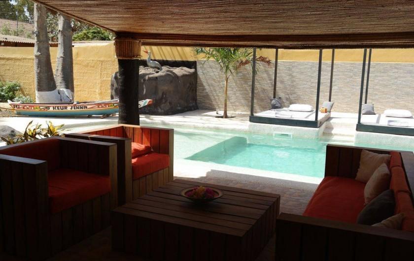 Location de vacances - Villa à Somone - vue de la piscine et du solarium à partir de la terrasse