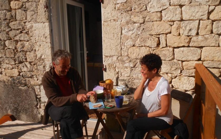 Location de vacances - Chambre d'hôtes à Tournon-d'Agenais - Le petit déjeuner sur la terrasse privative de la chambre