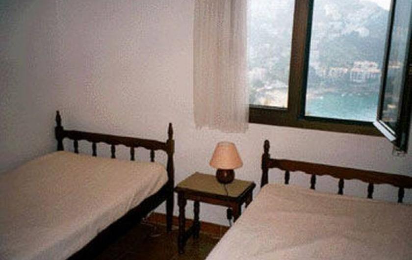 Location de vacances - Appartement à Roses - L a chambre dite des enfants avec 2 lit de largeur 80 cm La fenetre vue sur mer