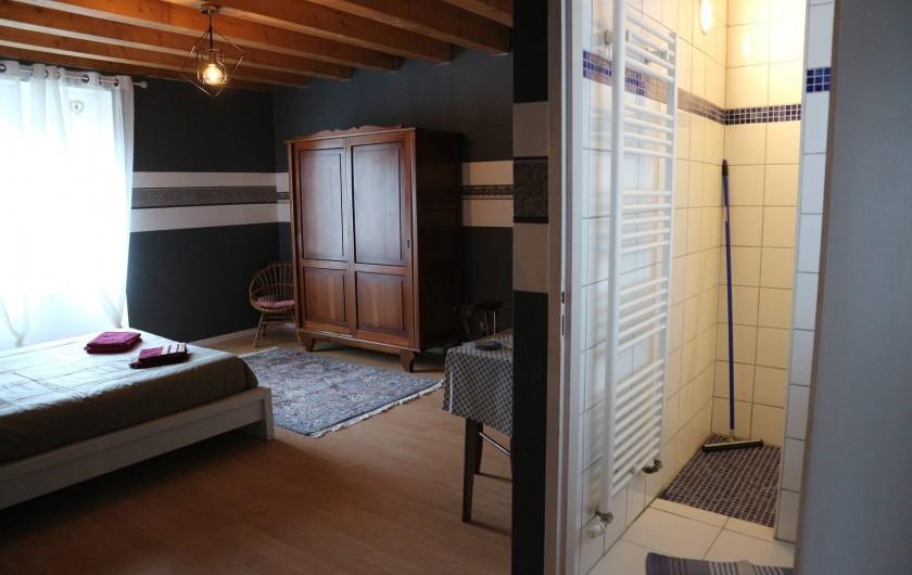 Location de vacances - Appartement à Barretaine - Chambre parentale grise avec toilette et salle de douche.