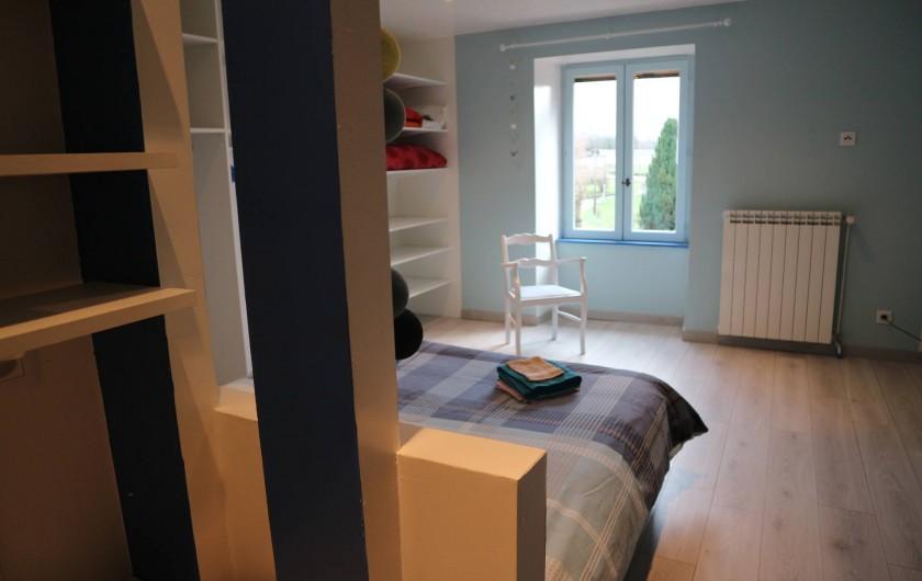 Location de vacances - Appartement à Barretaine - Chambre parentale bleue lit king size