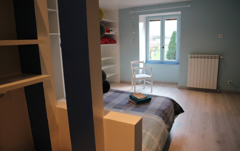 Location de vacances - Appartement à Barretaine - Chambre parentale bleue lit king size