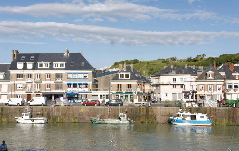 Location de vacances - Appartement à Saint-Valery-en-Caux - Vue sur la ville et les bateaux de pêcheurs locaux depuis le balcon