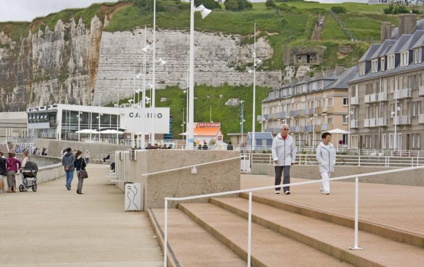 Location de vacances - Appartement à Saint-Valery-en-Caux - La promenade du bord de mer et le casino