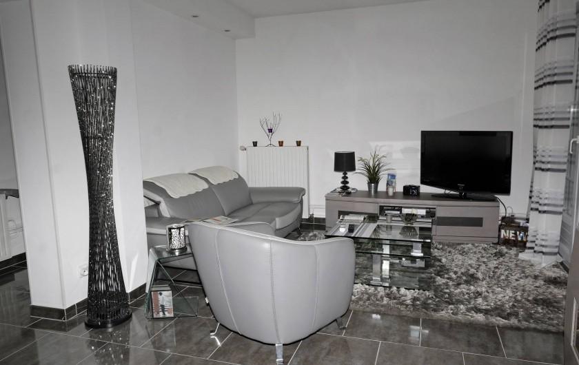 Location de vacances - Appartement à Saint-Valery-en-Caux - Salon avec vue sur le chenal et le centre ville