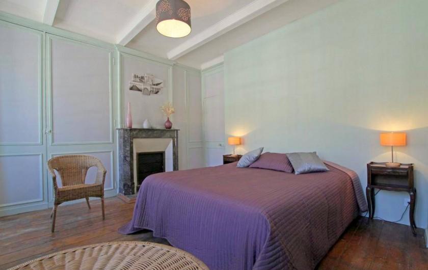 Location de vacances - Maison - Villa à Barfleur - Grande chambre, lit 160*200 avec cheminée et mur en pierres
