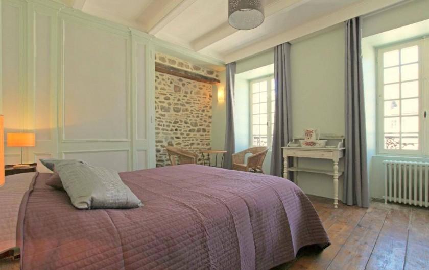 Location de vacances - Maison - Villa à Barfleur - Grande chambre avec cheminée et mur en pierres