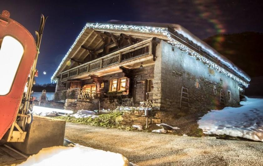 Location de vacances - Chalet à Flumet - En soirée d'hiver avec la lune en fond