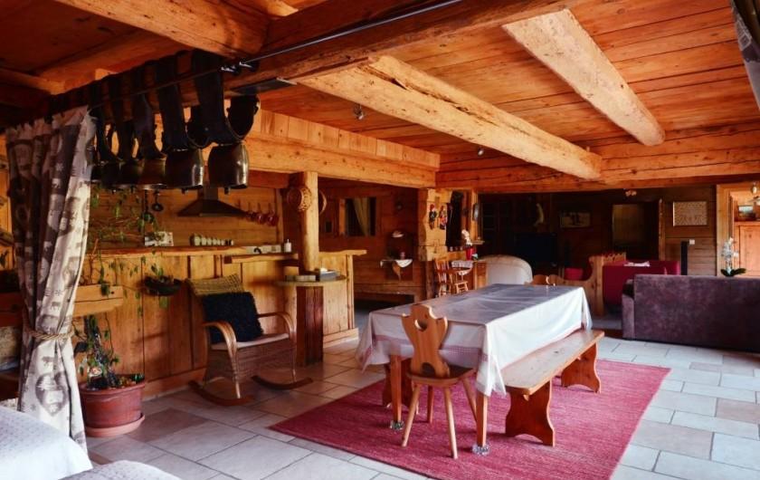 Location de vacances - Chalet à Flumet - Repas avec cuisine ouverte