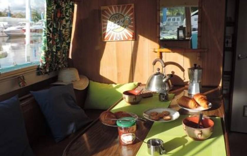 Location de vacances - Péniche à Mâcon - Coin repas modifiable