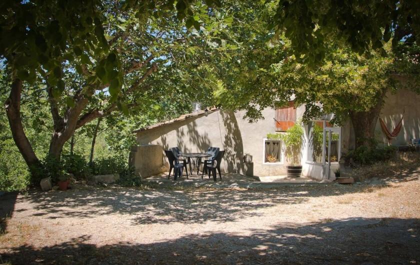 Location de vacances - Gîte à Mollans-sur-Ouvèze - Terrasse ombragée sous les tilleuls