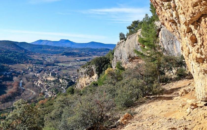 Location de vacances - Gîte à Mollans-sur-Ouvèze - Site d'escalade surplombant le village, le gite est dans la plaine au centre de
