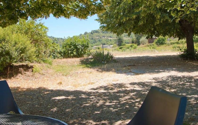 Location de vacances - Gîte à Mollans-sur-Ouvèze - On écoute les cigales en mangeant
