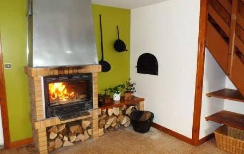 Location de vacances - Gîte à Prénovel - cheminée dans la cuisine ( bois fourni gratuitement)