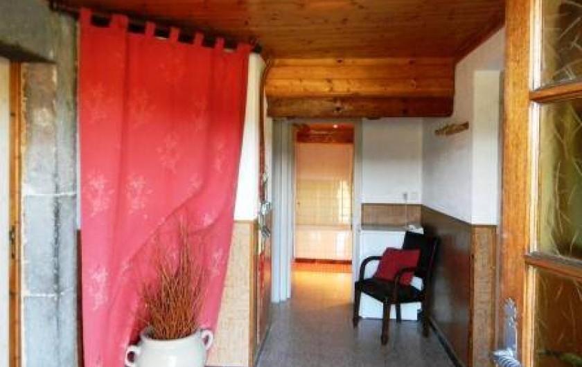 Location de vacances - Gîte à Prénovel - entrée  ( accès à la cuisine, salle de bain , aux toilettes, local rangement)