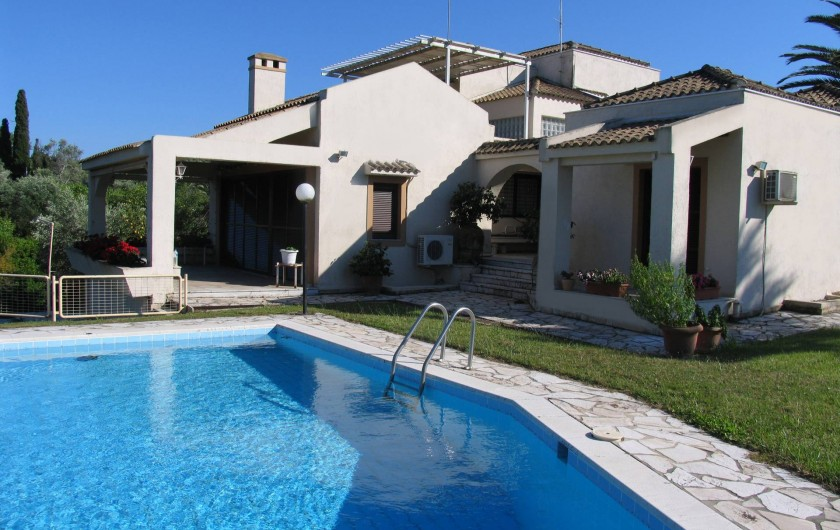 Location de vacances - Villa à Corfu - Palmtree Villa as seen from the pool.