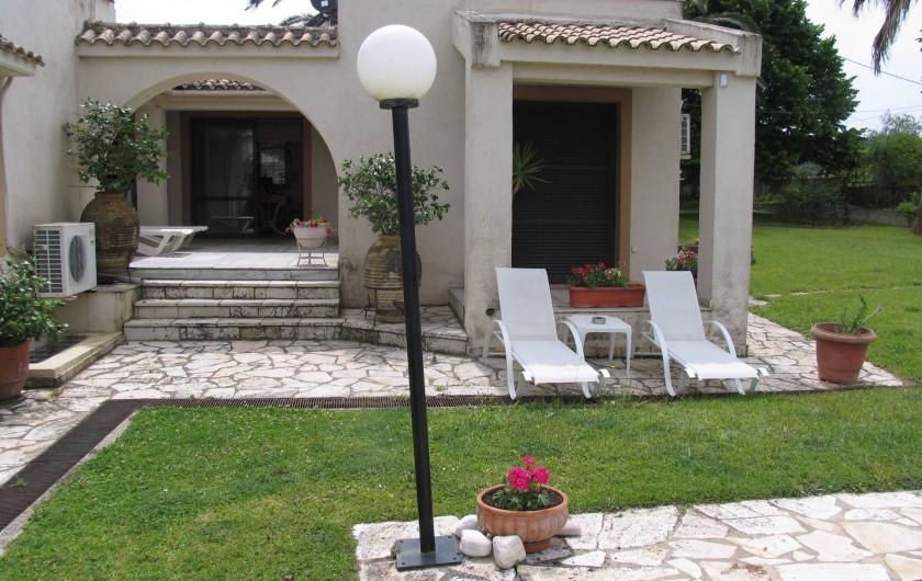 Location de vacances - Villa à Corfu - Sunbed lounging by the pool.
