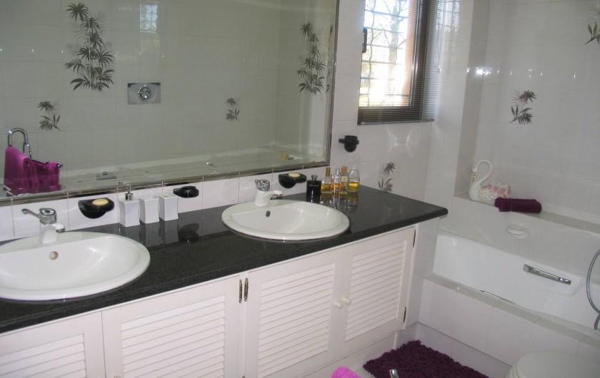 Location de vacances - Villa à Corfu - Master bedroom bathroom, includes bath and shower,ensuite.