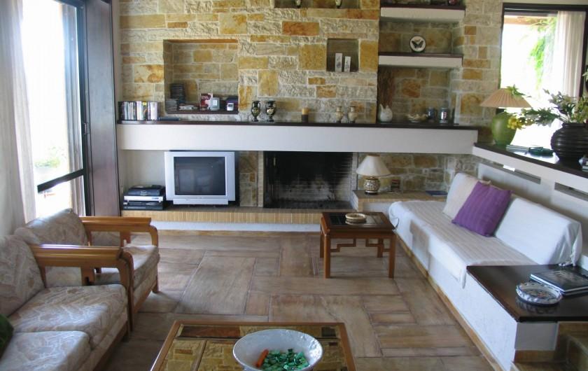 Location de vacances - Villa à Corfu - Main lounge area, with fireplace, large sliding doors lead to veranda.