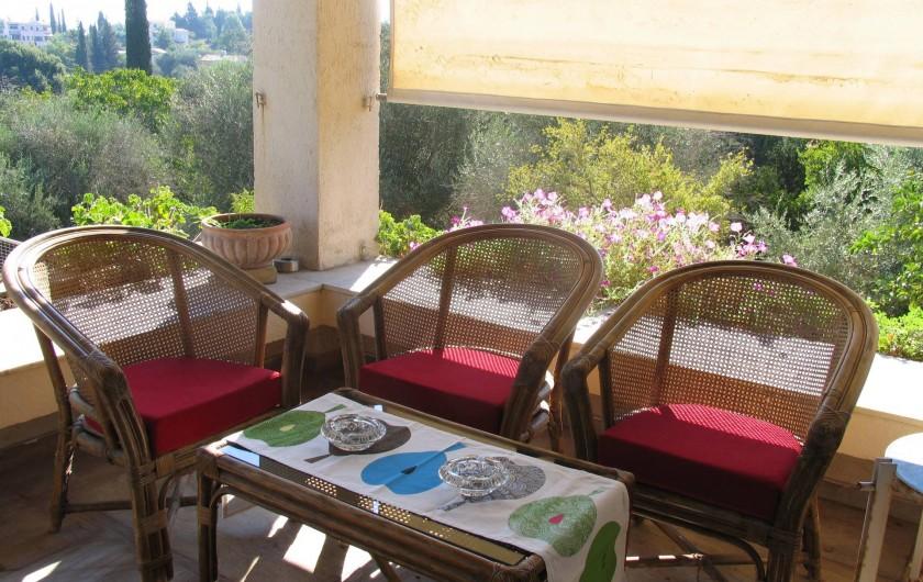 Location de vacances - Villa à Corfu - Veranda corner for relaxing, with flower bed.
